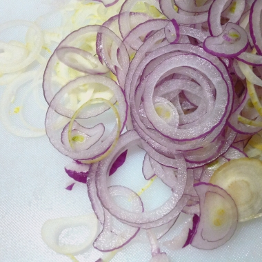 Corta las cebollas en aros, deben tener más o menos 1/2 cm de espesor, procura que todas queden igual.