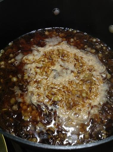 Deja hervir la mezcla. Lleva el fuego bajo/medio y tapa la olla, debe quedar hirviendo a fuego lento.