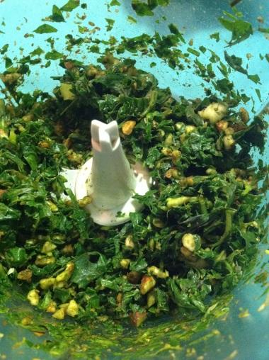 Procesa hasta que los ingredientes estén molidos, en este punto debes agregar el aceite de oliva, el queso y un poco de sal, vuelve a procesar hasta que todo se mezcle bien.